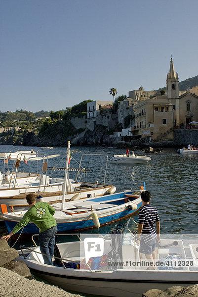 Hauptort Lipari  Fischerboote im Hafen  Insel Lipari  Liparische Inseln  Italien
