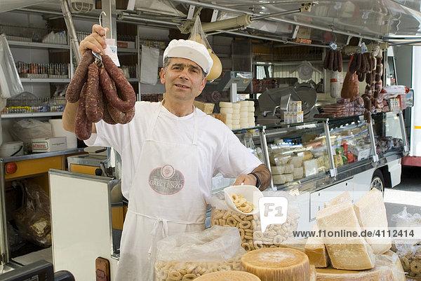 Wurst- und Käsestand am Wochenmarkt  Locortondo  Apulien  Italien