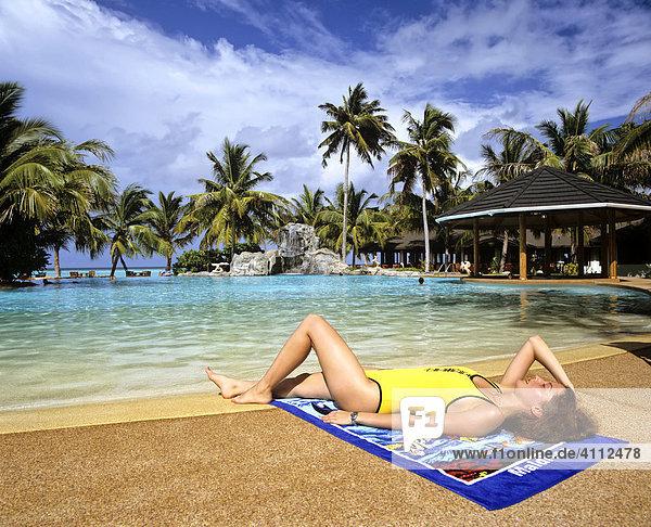 Junge Frau am Schwimmingpool  Badetuch  Palmen  Sun-Island  Ari Atoll  Malediven