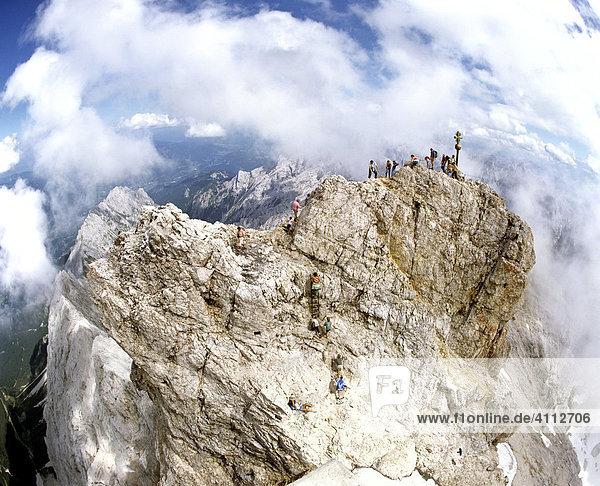 Zugspitze  Gipfelkreuz  2962 m  Bergwanderer  Wettersteingebirge  Werdenfels  Oberbayern  Deutschland Zugspitze, Gipfelkreuz, 2962 m, Bergwanderer, Wettersteingebirge, Werdenfels, Oberbayern, Deutschland