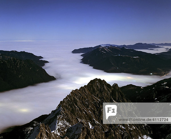 Zugspitze  Nachtaufnahme  Blick vom Gipfel  Waxenstein  Nebelmeer  Lichter von Garmisch-Partenkirchen  Wettersteingebirge  Oberbayern  Deutschland