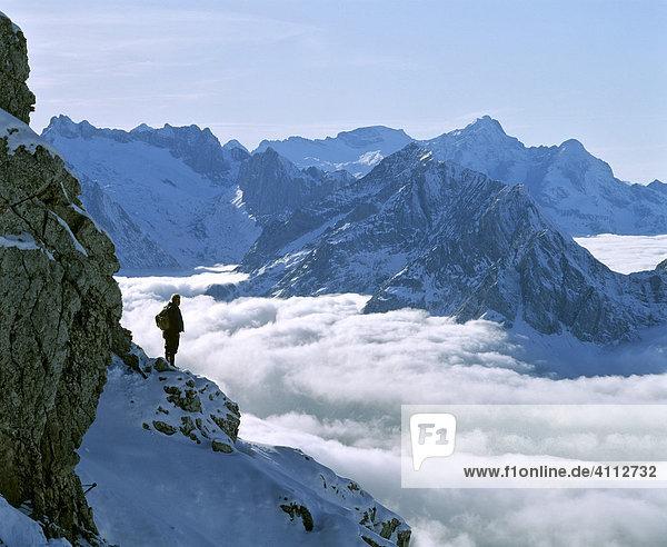 Panoramablick vom Karwendelgebirge auf das Wettersteingebirge  Nebelmeer  Bergwanderer  Oberbayern  Deutschland