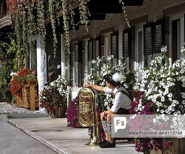 Sonnenstrasse  Musiker mit Tuba  Garmisch  Oberbayern  Deutschland