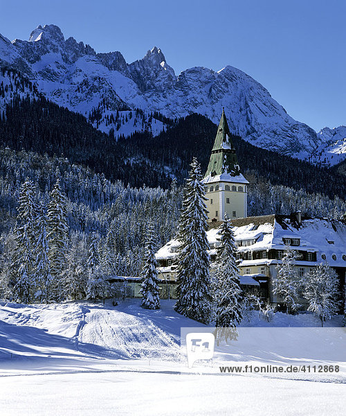 Schloss - Hotel Elmau im Winter  Wettersteingebirge  Oberbayern  Deutschland