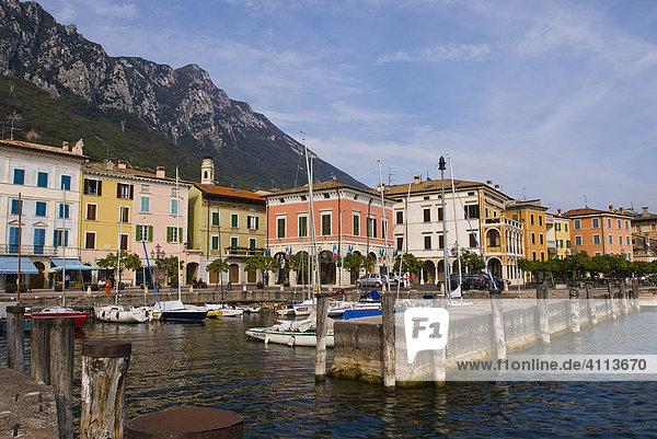 Hafen in Gargnano  Ortsbild  Gardasee  Gardisienne Occidentale  Italien