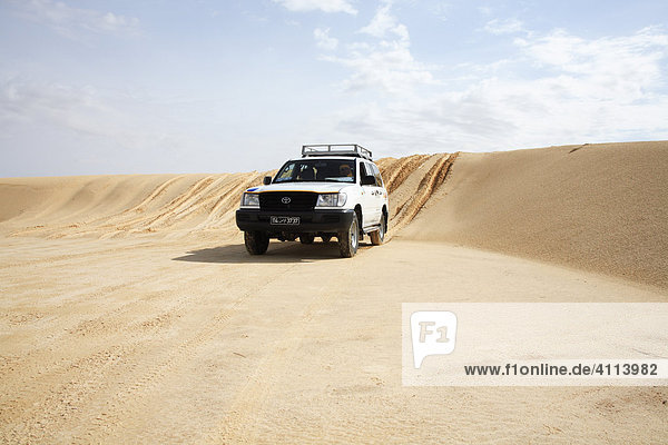 Cross-country vehicles in the Sahara  Tozeur  Tunisia