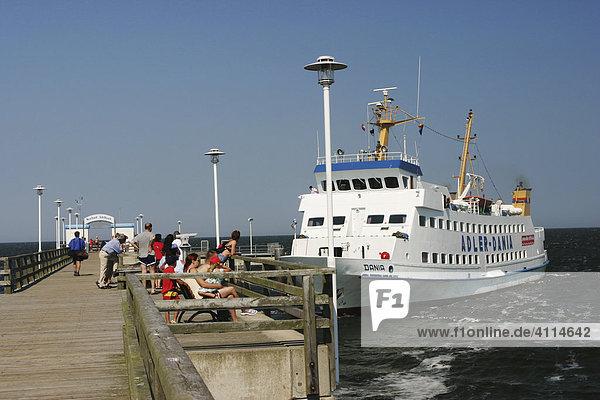 BRD Deutschland Mecklenburg Vorpommern Ostseebad Ahlbeck Dampfersteg mit Dampfer