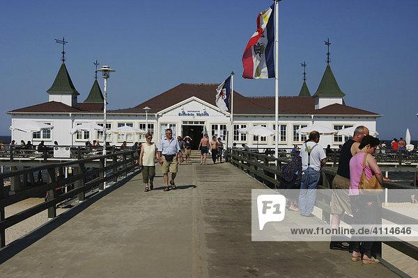 BRD Deutschland Mecklenburg Vorpommern Ostseebad Ahlbeck Steg zur Seebrücke an der Strandpromenade