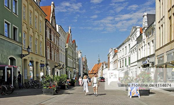 BRD Deutschland Mecklenburg Vorpommern City Wismar at the Pedestrian Zone People are shopping Market Square Coffeeshop Lübsche Road