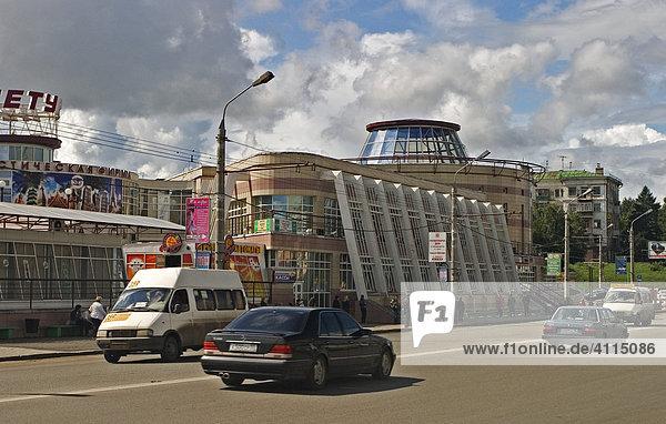Lermontova Strasse mit Einkaufscenter und Busbahnhof  Omsk an den Flüssen Irtisch und Omka  Omsk  Sibirien  Russland  GUS  Europa