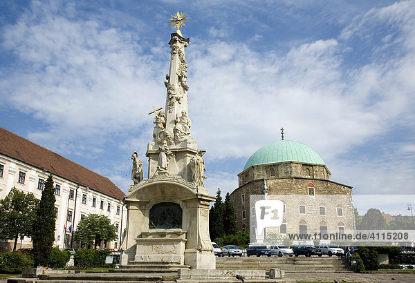 Mariensäule und Figuren der Heiligen mit der alten Moschee im Hintergrund  Stadtplatz von Pecs  Pecs  Südungarn  Ungarn  Südosteuropa  Europa