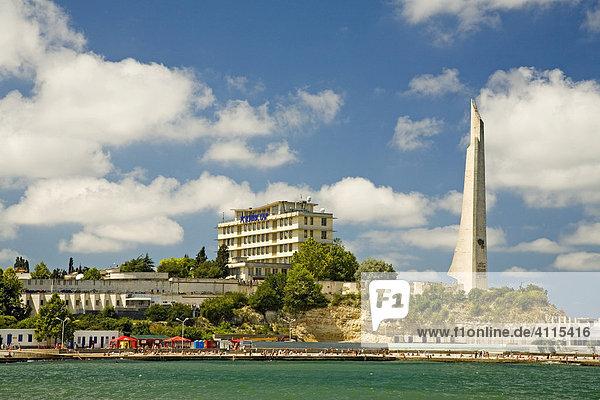Hafenanlage mit dem Kolossaldenkmal 2. Weltkrieg  Sevastopol  Krim  Ukraine  Süd-Osteuropa  Europa