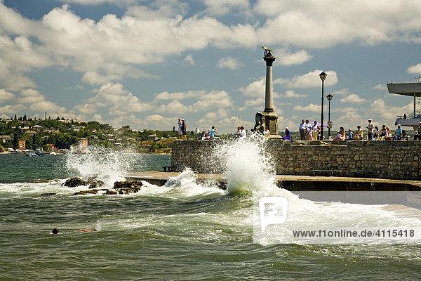 Hafenanlage mit dem Denkmal für Untergegangene Schiffe  Sevastopol  Krim  Ukraine  Süd-Osteuropa  Europa