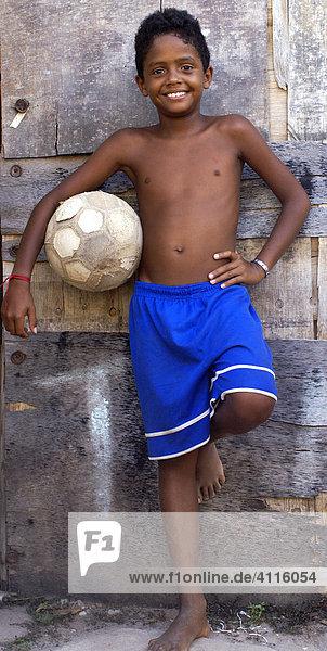 Portrait eines Jungen mit Fußball in einer Favela  Recife  Brasilien