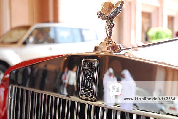 Scheichs spiegeln sich im verchromten Kühler eines Rolls Royce  Emirates Palace Hotel  Abu Dhabi  Vereinigte Arabische Emirate  Asien