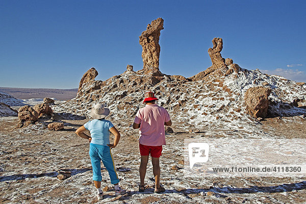 Touristen mit bunter Kleidung auf kristallisiertem Salz  Tal des Mondes  Atacama-Wüste  nördliches Chile  Südamerika