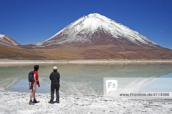 Zwei Frauen an der Laguna Verde und Vulkan Licancabur  Bolivien an der Grenze zu Chile  Südamerika