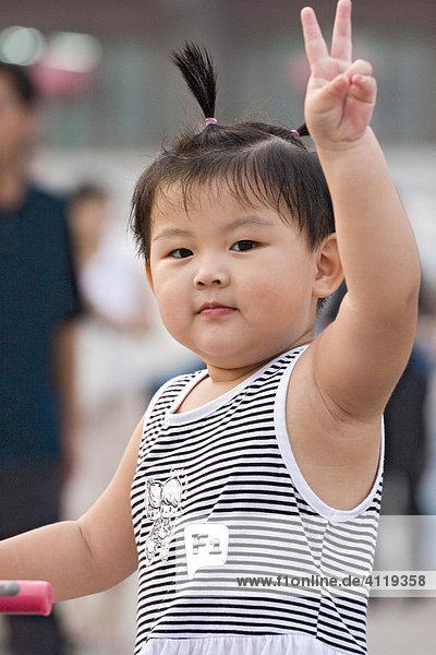 Asien  china  xian  kleines chinesisches maedchen macht victory-zeichen Asien, china, xian, kleines chinesisches maedchen macht victory-zeichen