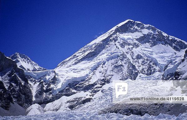 Westschulter des Mount Everest  ca. 7200m  mit Khumbu-Eisfall im Vordergrund  Blickpunkt in der Nähe von Gorak Shep  5150m  Himalaya  Nepal