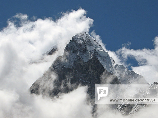 Blick auf den Heiligen Berg Ama Dablam  6856m  von Norden  am Weg zum Everest Basislager  Himalaya  Nepal