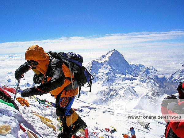 Austrian Geri Winkler from Vienna on his last steps to the summit of Mount Everest 8848m  with view to Makalu  8463m  Himalaya  Nepal