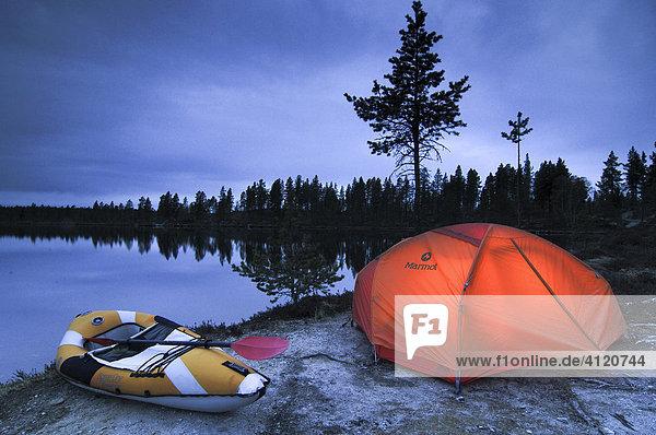 Beleuchtetes Zelt und Paddelboot  Abenddämmerung  Femundsee  Femundsmarka Nationalpark  Norwegen Beleuchtetes Zelt und Paddelboot, Abenddämmerung, Femundsee, Femundsmarka Nationalpark, Norwegen