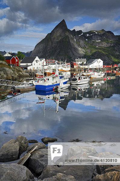 Fischereihafen  Reine  Lofoten  Norwegen  Skandinavien