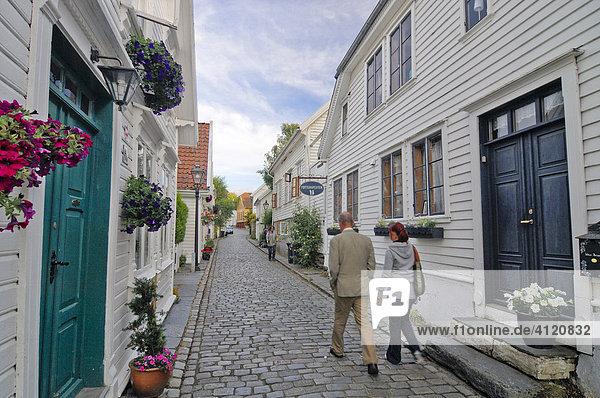 Enge Gasse  weiße Häuser  Altstadt von Stavanger  Rogaland  Norwegen  Skandinavien  Europa
