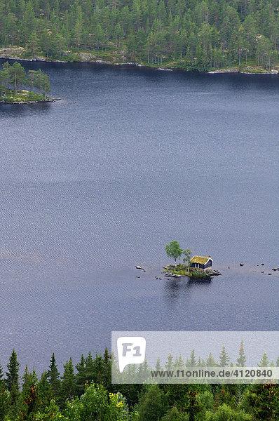 Holzhütte auf kleiner Insel  am See Tinnsjo  Notodden Telemark  Norwegen  Skandinavien  Europa