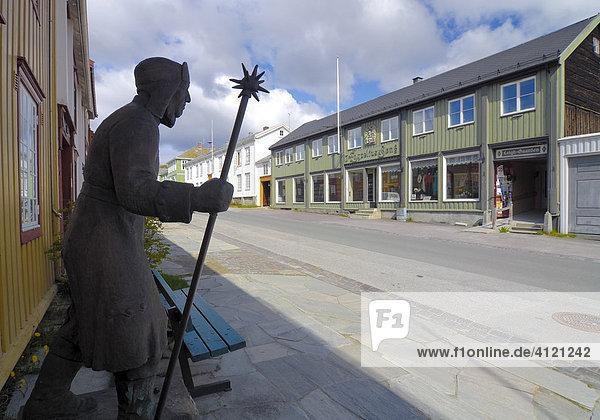Statue in einer Straße von Röros  Eisenabbau- Stadt  Bergwerk  UNESCO-Weltkulturerbe  Sor-Trondelag  Norwegen