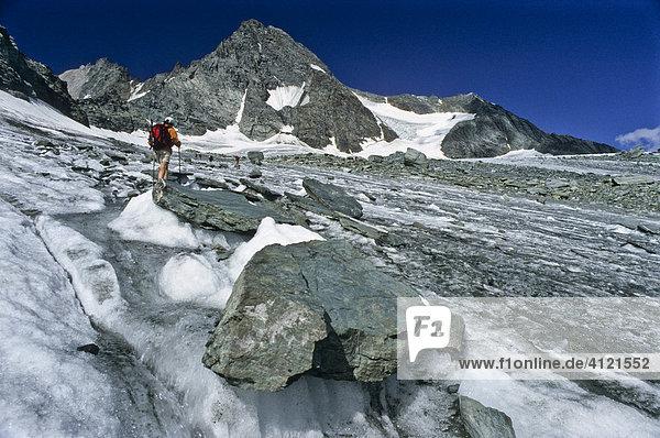 Bergwanderer am Eisfeld des Ködnitzkees  Großglockner  Tirol  Österreich  Europa