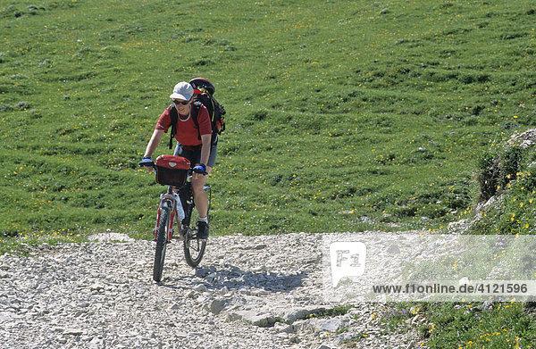 Mountainbikerin  Karwendel  Tirol  Österreich  Europa