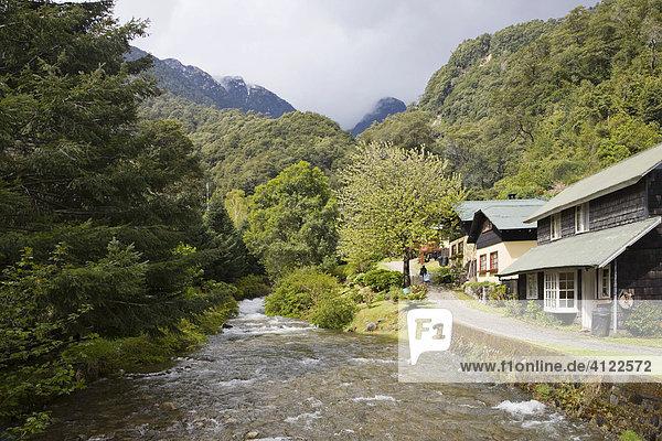 Fluss und Wohnhäuser  Peulla am Lago Todos los Santos  Region de los Lagos  Chile  Südamerika