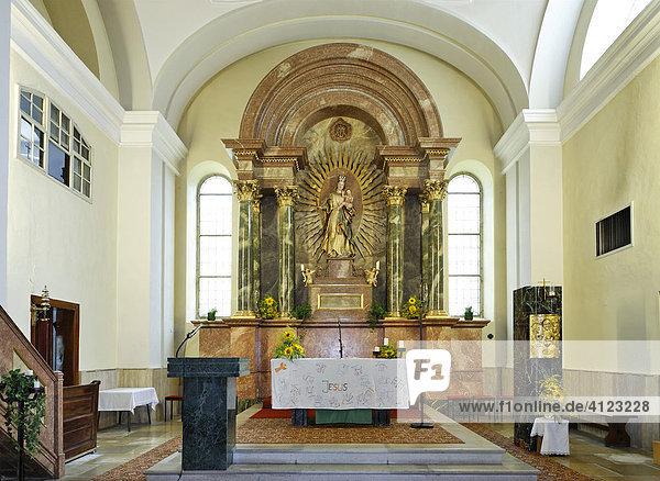 Hauptalatar mit Gnadenbild und Strahlenkranz in der Pfarrkirche  Pottenstein  Triestingtal  Niederösterreich  Österreich