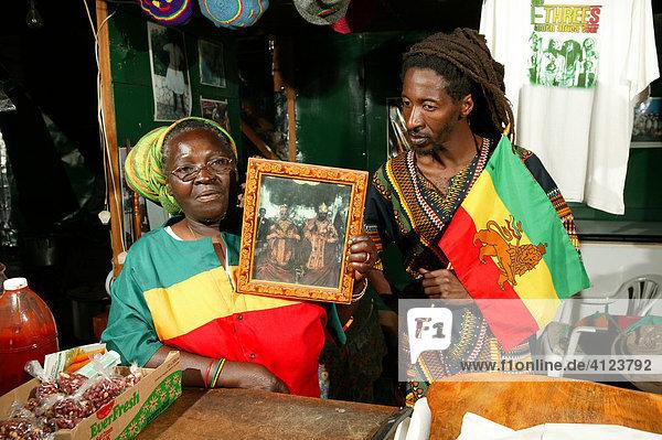 Die Vorsitzende und der presse officer der Rasta Marcus-Garvey-Community mit dem Königsbild von Heile Selassie  Kapstadt  Südafrika