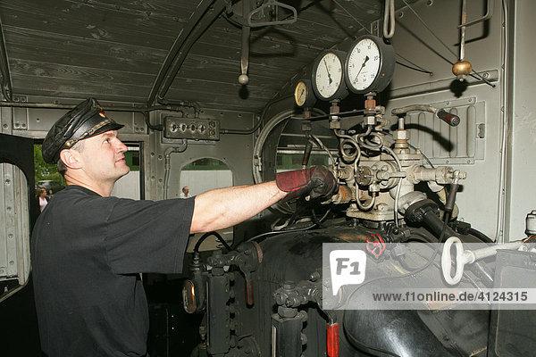 lokf hrer reguliert den dampfdruck in einer historischen dampflokomotive lizenzpflichtiges. Black Bedroom Furniture Sets. Home Design Ideas