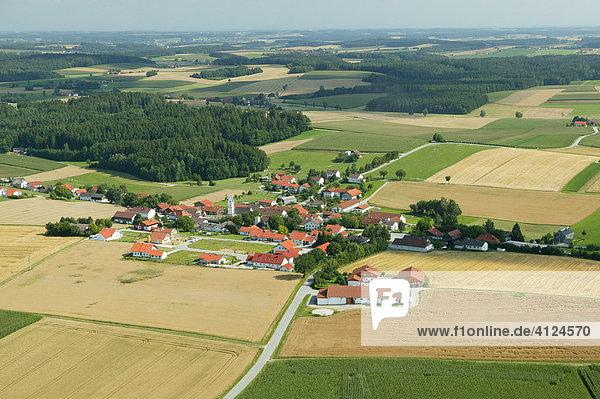 Zersiedelte Hügellandschaft  Niederbayern  Bayern  Deutschland