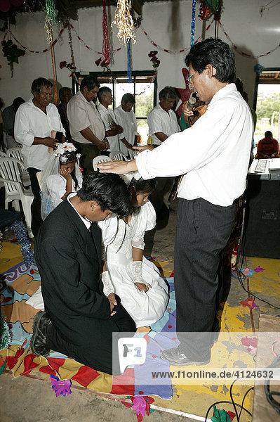 Standesbeamter hält die Trauungsrede  Indio Hochzeit  Loma Plata  Chaco  Paraguay  Südamerika