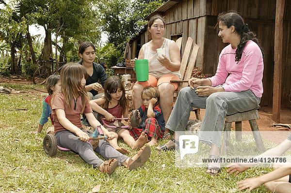 Arbeitspause vor dem Haus  Frauen mit Kindern  Asuncion  Paraguay