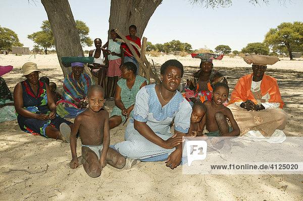 Einheimische unter dem Dorfbaum  Sehitwa  Botswana  Afrika