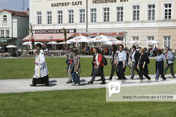 Wallfahrer auf dem Kapellplatz in Altötting  Oberbayern  Bayern  Deutschland