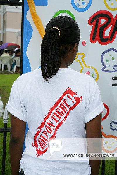 Junge Frau während einer Demonstration gegen Gewalt gegenüber Frauen  Georgetown  Guyana  Südamerika