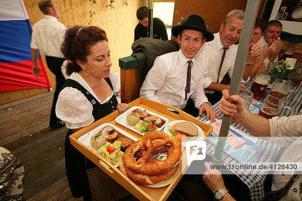 Bedienung mit Bretzn und Schweinsbraten  im Bierzelt während des Volksfest  Internationales Trachtenfest  Mühldorf am Inn  Oberbayern  Bayern  Deutschland  Europa
