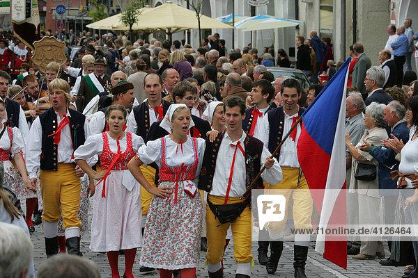Trachtengruppe aus Weißrussland während des Internationalen Trachtenfestes in Mühldorf am Inn  Oberbayern  Bayern  Deutschland  Europa