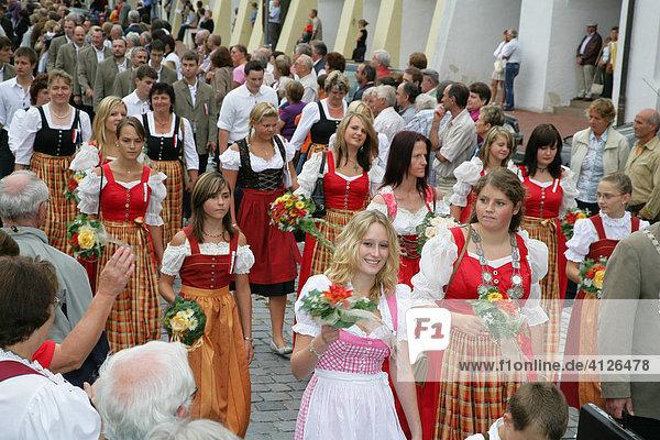 Mädchen Gruppe im Dirndl während des Internationalen Trachtenfestes in Mühldorf am Inn  Oberbayern  Bayern  Deutschland  Europa