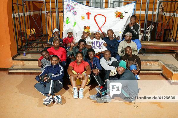 Kirche in Fitness Studio umgewandelt  Gruppe mit HIV Banner  Kapstadt  Südafrika  Afrika