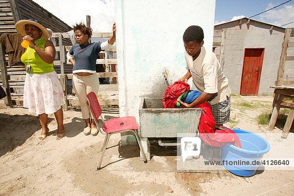 Junger Mann beim Wäsche waschen  Kapstadt  Südafrika  Afrika