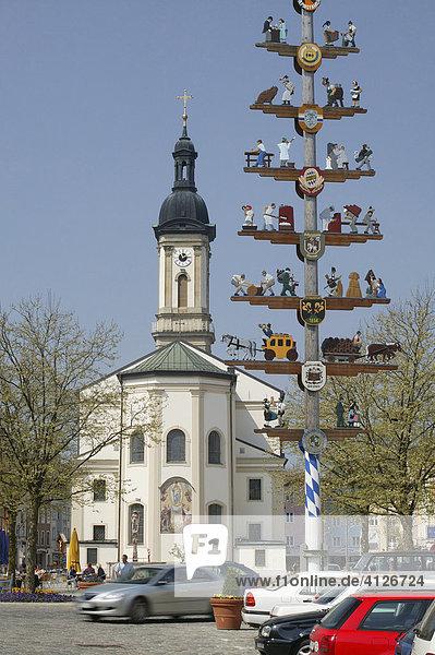 Maibaum und Stadtpfarrkirche St. Oswald  Traunstein  Oberbayern  Bayern  Deutschland  Europa
