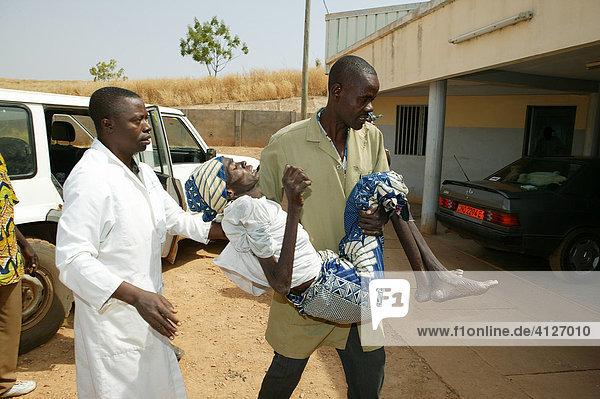 HIV/AIDS Kranke wird ins Krankenhaus gebracht  Garoua  Kamerun  Afrika