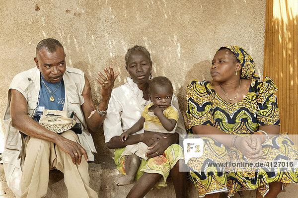 Arzt macht Hausbesuch bei HIV/AIDS Kranken  Garoua  Kamerun  Afrika